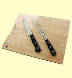 Taula de fusta amb ganivet i forquilla per tallar